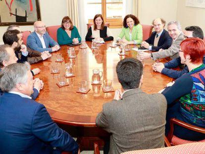 La presidenta de Baleares, Francina Armengol, con plataformas que reclaman una