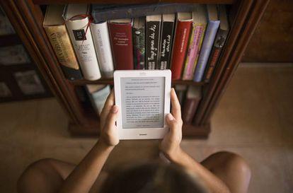Una joven lee en un libro electrónico.