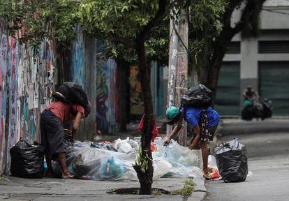 Personas sin hogar esperan ayuda durante la pandemia de Coronavírus este lunes, en Río de Janeiro (Brasi).