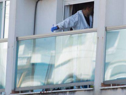 Un perito inspecciona la vivienda en Málaga donde fue hallado el cadáver de la última víctima de violencia machista. En vídeo, el presidente del Tribunal Superior vasco pide perdón tras la muerte de una mujer en Bilbao.