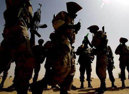 Soldados de Infantería Motorizada de Malí toman un refresco tras un entrenamiento en el desierto cerca de Tombuctú.