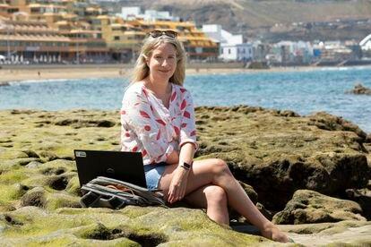 Fiona Murray, teletrabajadora irlandesa en la Playa de Las Canteras en abril de 2021.