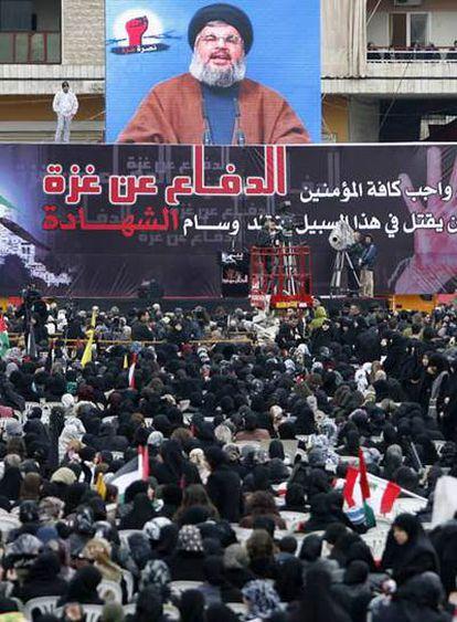 Simpatizantes de la causa palestina escuchan en Beirut el mensaje de Hasan Nasralá, líder de Hezbolá