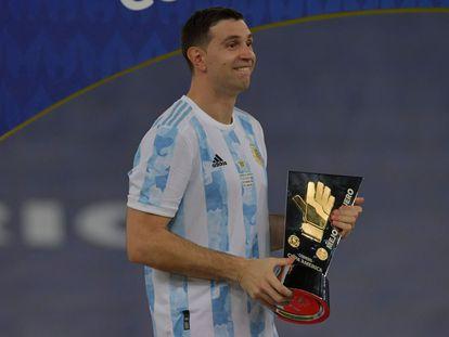 Emiliano Martínez recibe el premio al mejor portero en la Copa América 2021.