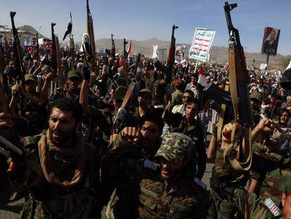 Milicianos Huthi durante una marcha el pasado marzo en Saná (Yemen).