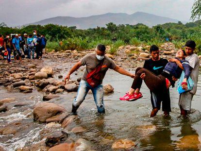 Ciudadanos venezolanos intentan cruzar la frontera con Colombia cerca de Cúcuta, el pasado mes de marzo.