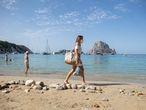 Cala d'Hort (Ibiza), parcelas en la playa hechas con piedras.