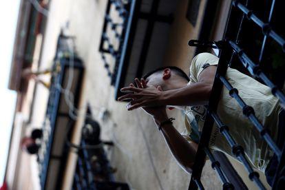 Vecinos del madrileño barrio de Lavapiés aplauden desde sus balcones el pasado domingo a las 20.00, durante el estado de alarma.