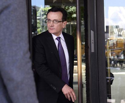 El director ejecutivo de AstraZeneca, Pascal Soriot, abandona el edificio administrativo del Parlamento británico en mayo de 2014.