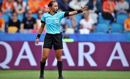 La árbitra brasileña Edina Alves pita un partido en el Mundial femenino de Francia.