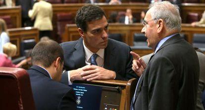 Pedro Sánchez conversa con Alfonso Guerra en el Congreso.
