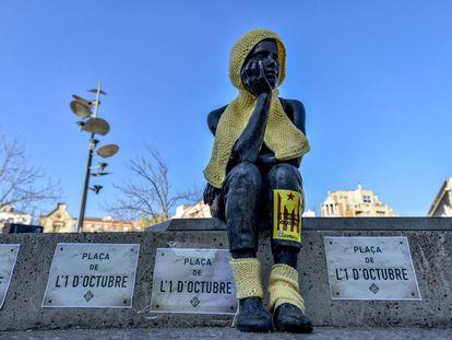 Carteles pegados junto a la estatua de Maria del Mar Cabezas en la plaza de la Constitución.