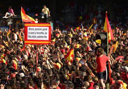 Una marea roja acompañó a la selección tras su regreso a España.