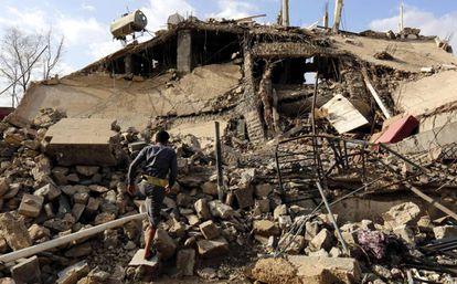 Un edificio destruido por un bombardeo saudí en Sana'a, Yemen.