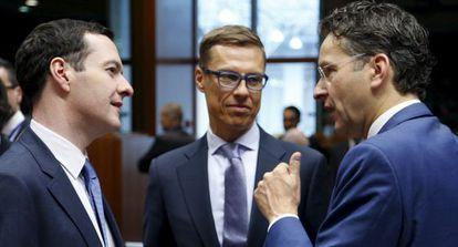 El canciller del Exchequer británico, George Osborne, el ministro de Finanzas finlandés, Alexander Stubb, y el presidente del Eurogrupo  Jeroen Dijsselbloem, la semana pasada en Bruselas.