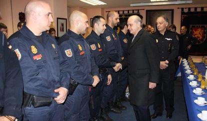 En la foto el ministro de Interior saluda uno a uno a los policías de la UIP, este martes.