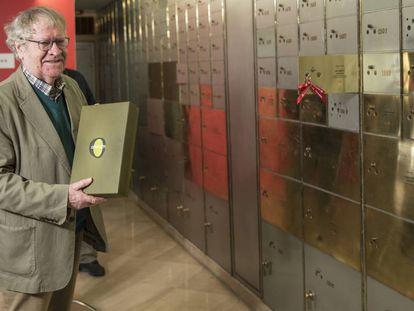 Ian Gibson sostiene la caja con los dos libros de Gerald Brenan que ha legado al Instituto Cervantes, en Marid.