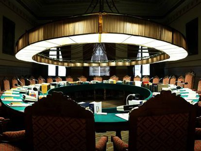 Fotografía panorámica (fusionada digitalmente) del salón del plenos de la RAE.
