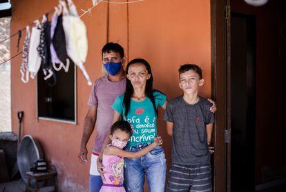 Patrícia Nataline de Oliveira, junto a su familia en su casa de Ceará.