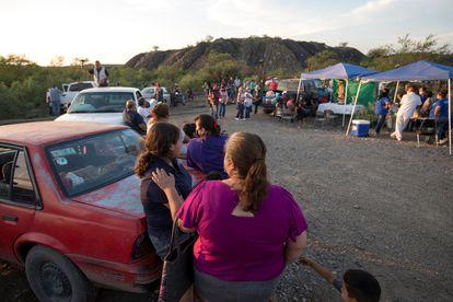 Familiares de los mineros atrapados esperan información, en Coahuila.