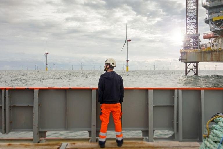 Un operario observa molinos de viento marinos desde una plataforma en el mar del Norte, cerca de la costa alemana.