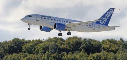 Un avión CSeries de Bombardier despega en un vuelo de pruebas del aeropuerto de Mirabel, en la provincia canadiense de Quebec.
