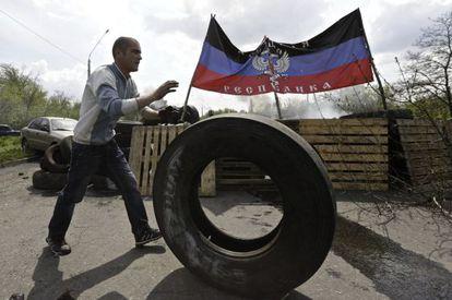 Un vecino ante una barricada de la autoproclamada república de Donetsk.