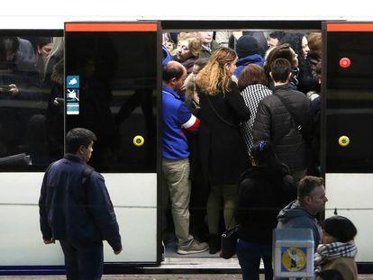 Viajeros en un andén del Metro, en la estación de Príncipe Pío el pasado diciembre.