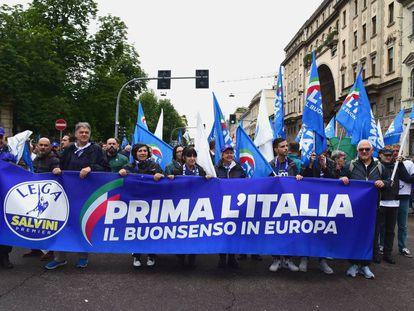 Partidarios del partido ultranacionalista italiano La Liga se manifiestan este  sábado en Milán reivindicando los nacionalismos.