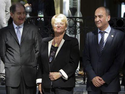 La ex primera ministra de Noruega, Gro Harlem Bruntland, junto al abogado sudafricano Brian Currin, miembro del llamado Grupo Internacional de Contacto (i), y el diputado general de Guipúzcoa, Martín Garitano.