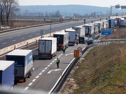 Una fila de camiones esperan a 50 kilómetros de la frontera entre Austria y Hungría, el 18 de marzo.