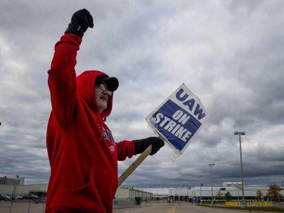 Un afiliado al sindicato United Auto Workers en un piquete