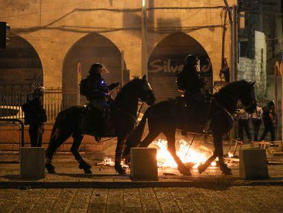Policías israelíes a caballo patrullan cerca de la puerta de Damasco de Jerusalén durante los disturbios de la noche del jueves.