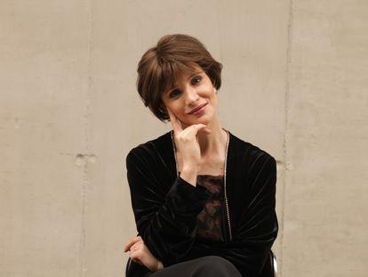 La actriz Daniela Ramírez caracterizada como Isabel Allende.