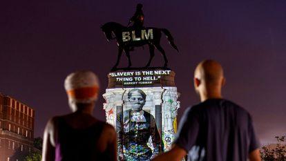 Imagen de Harriet Tubman proyectada sobre una estatua del general confederado Robert E. Lee en Richmond, Virginia, el pasado 20 de junio.