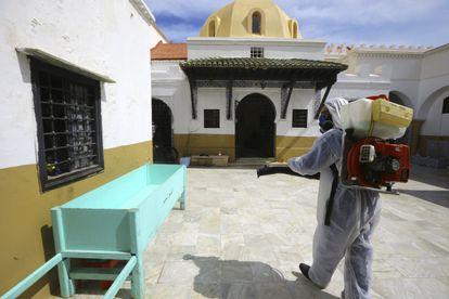 Un trabajador desinfecta el patio de la mayor mezquita de Argel, la Al-Djamaa el-Kabir, el domingo 22 de marzo.