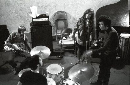 Mike Bloomfield (derecha) con Janis Joplin en un estudio de Memphis, en diciembre de 1968.