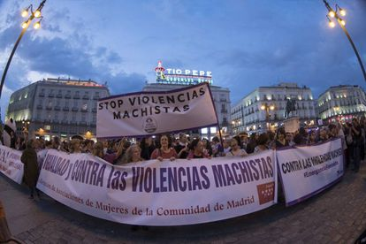 Concentración nocturna convocada por colectivos feministas para reclamar la erradicación de las violencias machistas.