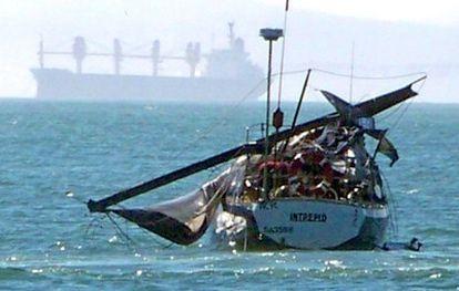 Estado en el que quedó el yate <i>Intrepid</i> tras recibir el impacto de la ballena.