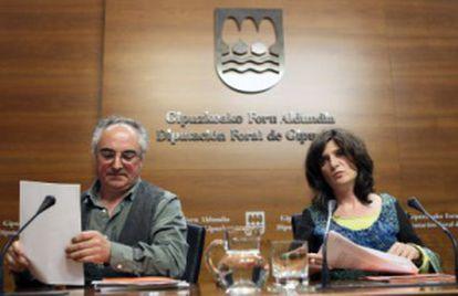 Franco, junto al director guipuzcoano de Hacienda, Xabier Olano, en su rueda de prensa.