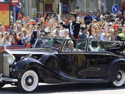 Los Reyes saludando tras el acto de proclamación, en 2014.