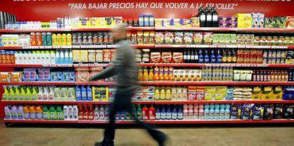 Un hombre pasa ante las estanterias de un supermercado.
