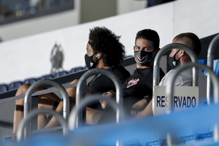 James Rodríguez, entre Marcelo y Nacho, el viernes en la grada del Alfredo di Stéfano.