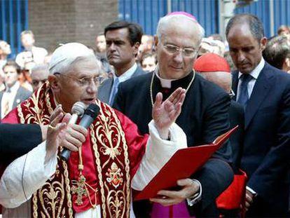 El papa Benedicto XVI, durante su visita a Valencia en julio de 2006. A la derecha, Francisco Camps.