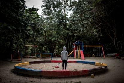 Una niña en un parque de São Paulo este jueves. Más de la mitad de las violaciones en Brasil son contra menores de 13 años.