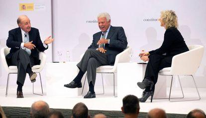 Miquel Roca, Felipe González y la periodista Mònica Terribas.