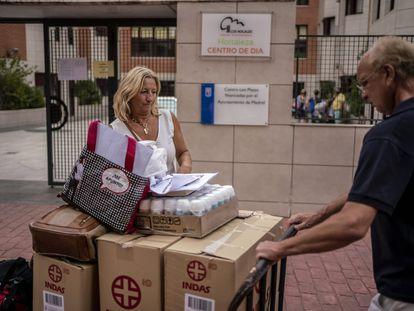 La hermana y el cuñado de Pilar Larena, Concha y Víctor García, recogen este miércoles las pertenencias de esta en la residencia Los Nogales Hortaleza, en Madrid capital.