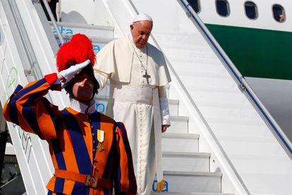El papa Francisco desembarca en el aeropuerto de Ginebra (Suiza).