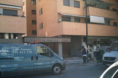 Los servicios funerarios, cámaras y curiosos, ante el lugar del crimen, en el número 70 de la calle Fuentecisneros.