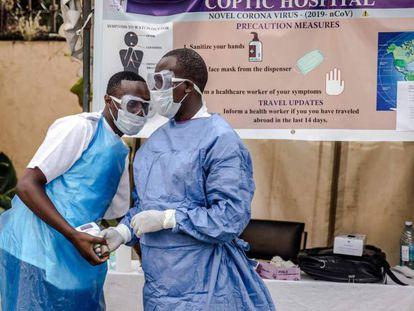 Personal sanitario a las puertas del hospital de Coptic, en Nairobi (Kenia).
